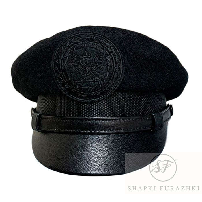Капитанка в черном цвете, верх сукно, козырек кожа, ремешок кожа, кокарда машинная вышивка